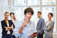Junger Mann mit Start-Up Business Team