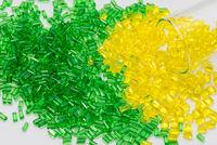 gelbes und grünes transparentes Plastik Granulat