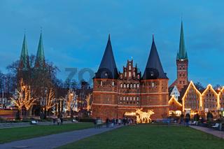Blick auf die Altstadt von Lübeck mit dem Holstentor, der Marienkirche (links) und der Petrikirche
