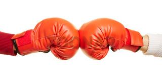 Zwei Hände mit roten Boxhandschuhen