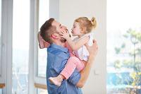 Tochter gibt ihrem Vater einen Kuss
