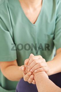 Hand halten von Senioren zur Kondolenz