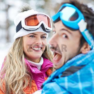 Paar hat Spaß beim Skifahren im Winter