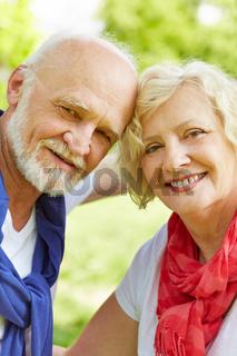 Glückliches Paar Senioren im Garten