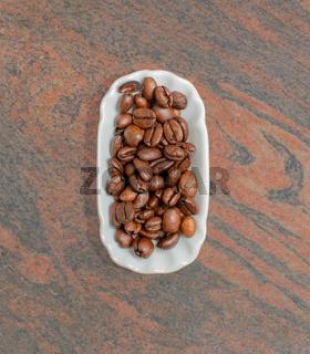 Kaffeebohnen in einer weißen Schale für die Food Fotografie