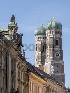 Türme der Frauenkirche mit Reihe neoklassischer Häuser - München
