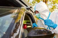 Rachenabstrich Abnahme für Coronavirus Test bei Drive-In Teststation