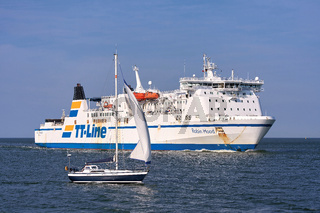 Die Fähre 'Robin Hood' und ein Segelboot vor der Einfahrt in den Hafen von Swinemünde
