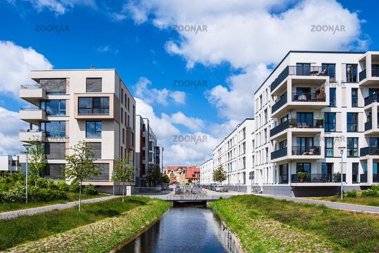 Moderne Gebäude und Kanal in der Hansestadt Rostock