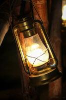Petroleumlampe an Bambusstöcke