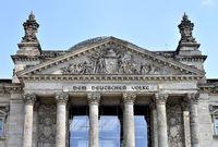 Giebel des Haupteingangs des Reichstages - Berlin