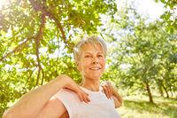 Vitale Senior Frau macht eine Atemübung