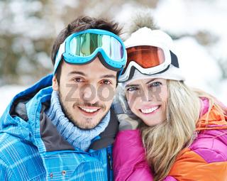 Paar im Skiurlaub im Winter