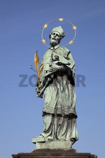 Hl. Johannes Nepomuk, Statue auf der Karlsbruecke, Prag, Boehmen, Tschechien, Europa