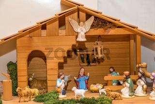 Holzkrippe mit bemalten Krippenfiguren - Weihnachtskrippe