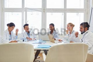 Ärzte Team in Ausbildung als Lerngruppe