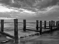 Buhne in der Ostsee bei Zingst, Mecklenburg-Vorpommern, bei Dämmerung, monochrom