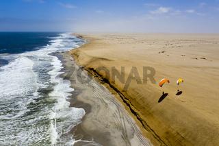 Gleitschirmfliegen an der Duene bei Henties Bay, Namibia