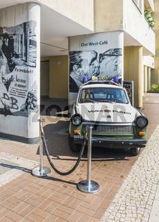 vopo trabant und graffiti vor ost-west cafe