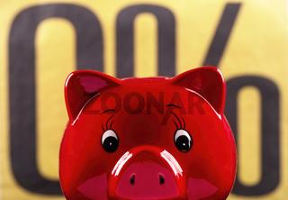 Rotes Sparschwein mit Null Prozent Zeichen