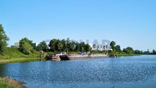 Frachtschiff am Ufer der Elbe
