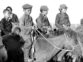 Junge Araten als Zuschauer beim mongolischen Naadamfest im Gobi-Gebiet Olsiit, Foto von 1977