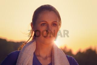 Attraktive junge Frau im Sonnenuntergang