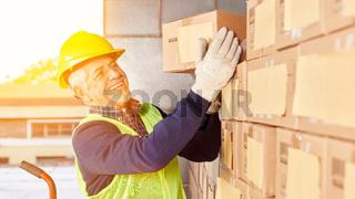 Kommissionierer bereitet Box im Lager für Versand vor
