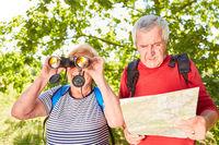 Senioren Paar als Ornithologen mit Fernglas