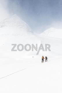 Skitourengeher im Aufstieg im Tal Stuor Reaiddavaggi, Kebnekaisefjaell, Lappland