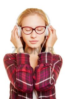 Entspannte Frau beim Musik hören