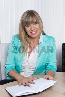 Geschäftsfrau mit Terminkalender