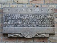 Gedenktafel für die Opfer des antisemitischen Terroranschlags auf die Synagoge in Halle am Jom Kippur 5780 am 09.Oktober 2019