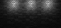 Schwarze Backstein Wand mit drei Scheinwerfer Lichtern