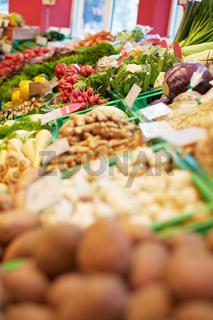 Voller Gemüsestand im Supermarkt