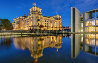 Der Reichstag und ein Teil des Paul-Loebe-Hauses in der Morgendämmerung