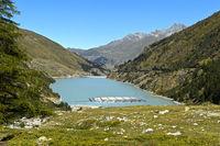 Bergsee Lac des Toules mit Sonnenkollektoren des ersten schwimmenden alpinen Solarkraftwerks der Schweiz