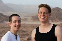Konzept Lebensfreude - Portrait 2 junge Männer in der Wüste