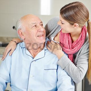 Enkelin betreut dementen Großvater