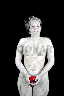 Marmorstatue mit einem roten Apfel