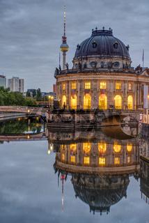 Das Bode-Museum und der Fernsehturm in Berlin
