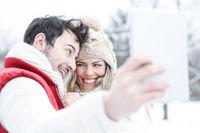 Paar macht Selbstportraits mit Tablet Computer