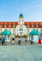 Das bekannte Kurhaus an der Seebrücke von Binz, Sommer 2020, Rügen, Deutschland