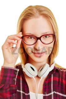 Junge blonde Frau mit Brille