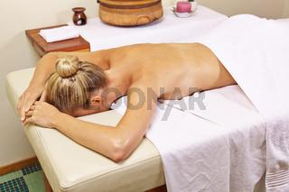 Frau im Day Spa wartet auf Rückenmassage