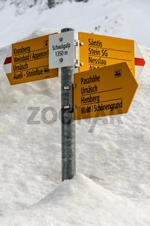 Wegweiser mit verschiedenen Wanderzielen auf der Schwägalp im Schnee, Schweiz