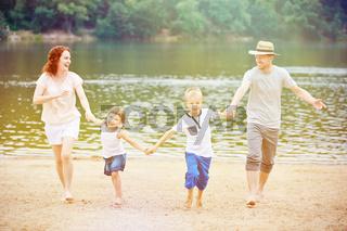 Familie mit Kindern macht Urlaub im Sommer
