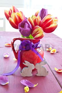 Frische Tulpen in kleiner Kanne