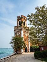 Historischer Turm in der Altstadt von Venedig in Italien