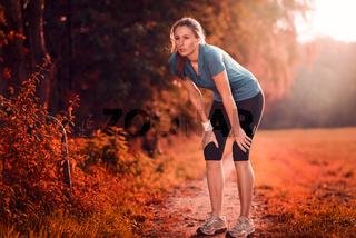 Junge sportliche Frau macht eine Trainingspause